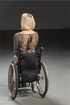mujer con otro resplado para la silla