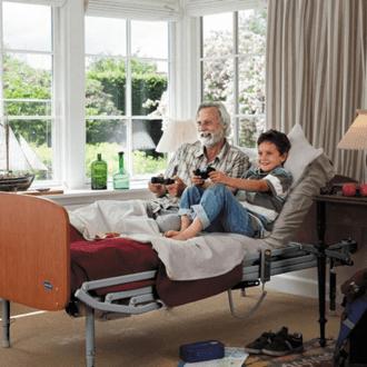 cama electrica con un abuela y su nieto