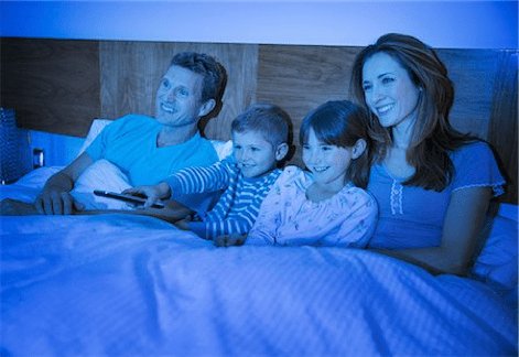 una familia en una cama ortopedica