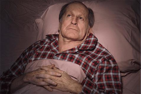 hombre mayor descansando en la cama