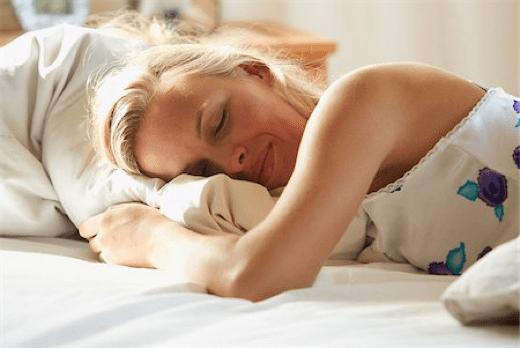 mujer durmiendo en una cama de ortopedia