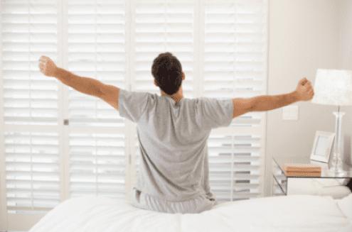 hombre levantandose de una cama eléctrica