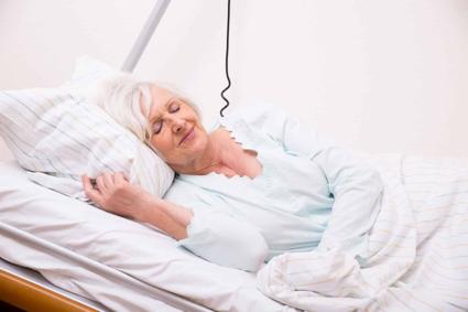 mujer acostada en colchon antiescaras