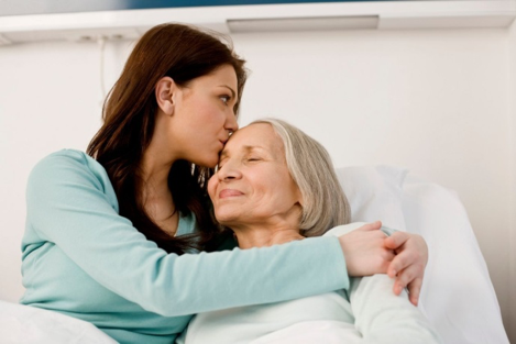hija cuidando a su madre enferma