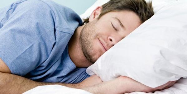 una persona durmiendo en un colchon viscoelastico