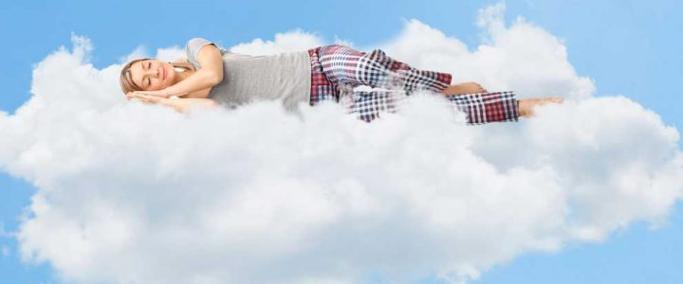 mujer durmiendo en una nube