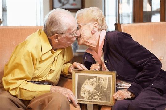ancianos besandose