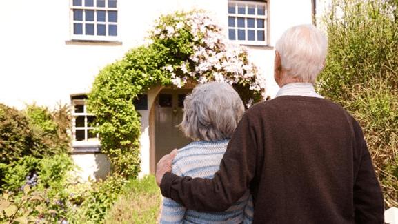 dos ancianos abrazados