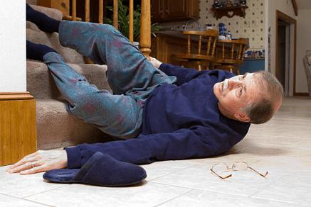 persona mayor en el suelo
