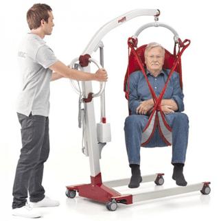 uso por una persona mayor de una grúa geriatrica