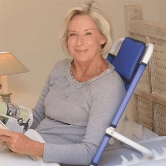 mujer utilizando el resplado de cama ajustable