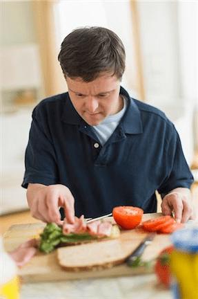 hombre cortando verdura