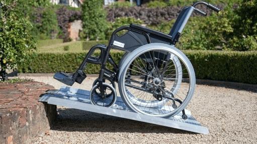silla de ruedas subiendo por una rampa