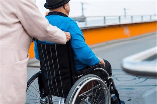 usuario paseando en silla de ruedas