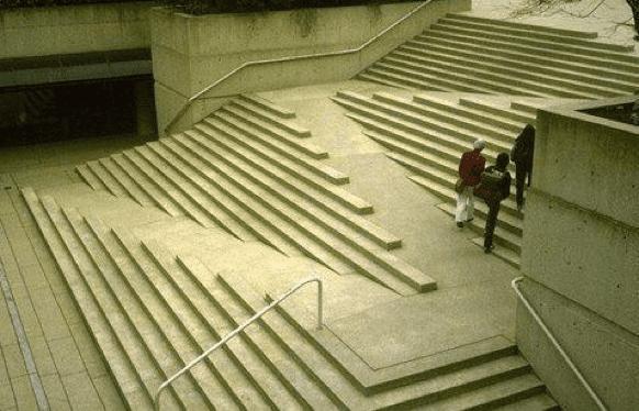 edificio de diseño con rampas bien organizadas