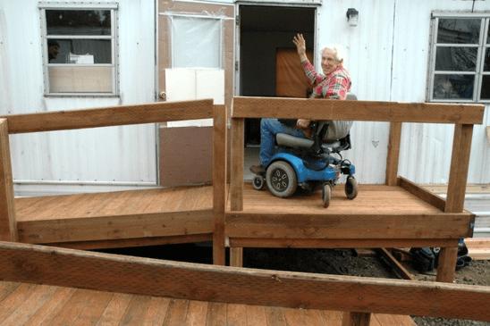 anciano subiendo a su casa mediante una rampa