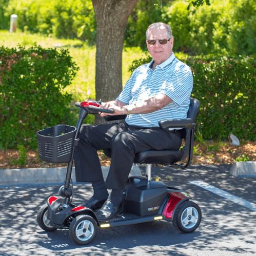 imagen de una persona mayor en una scooter para discapacitados