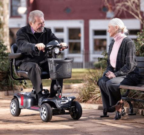paseando con una scooter electrica