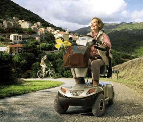 mujer utilizando una scooter de grandes dimensiones por el monte