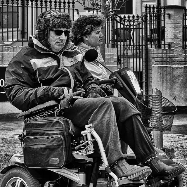 persona con discapacidad en una silla de ruedas electrica