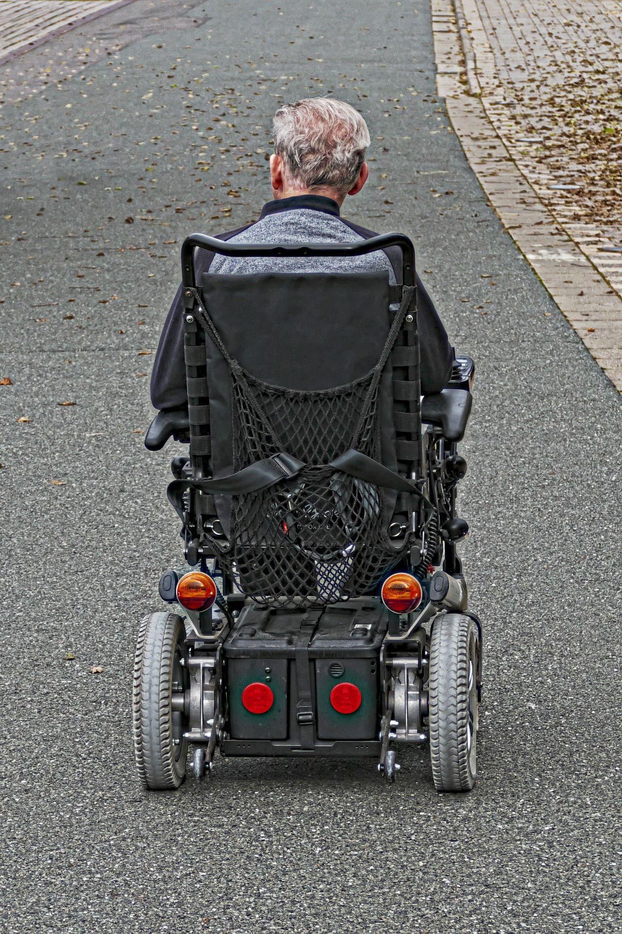 anciano en una silla electrica