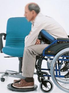persona en silla de ruedas realizando una transferencia autonoma