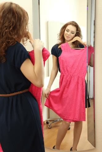 mujer probandose un vestido