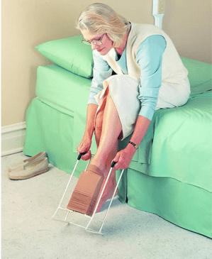 mujer utilizando ayuda tecnica para ponerse ropa interior