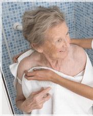 anciana saliendo de la ducha