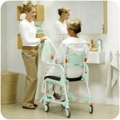 mujer utilizando una silla de ducha