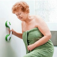 mujer utilizando una asidera al salir de la ducha