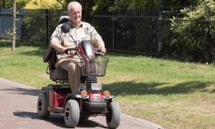 persona mayor utilizando una scooter
