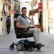 usuario en silla de ruedas eléctrica